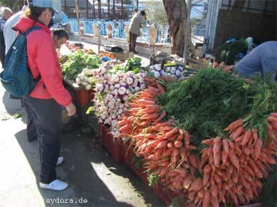 Auf dem Basar oder Wochenmarkt natürliche Lebensmittel kaufen
