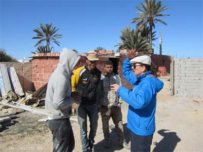 Nelia Sydoriak im Gespräch auf einer Baustelle in Tunesien