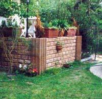 Terrassengestaltung mit Trockenmauerwerk im Garten