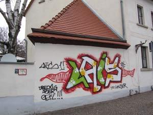 Graffiti auf einer Fassadenoberfläche