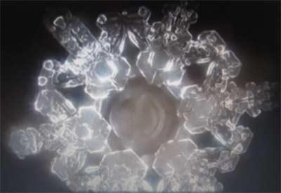 Kristallbildung von Wasser bei einem Gebet