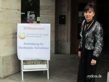 Nelia Sydoriak am Eingang zum Ring Cafe zur Veranstaltung Soziale Marktplatz in Leipzig