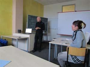 Dr. Peter Rauch und Nelia Sydoriak-Rauch halten ein Seminar