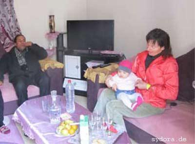 Nelia bei einer tunesischen Familie am Rand der Sahara