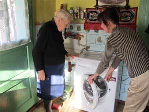 Die neue Waschmaschine wird vorgestellt.
